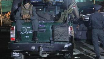 Afghanische Sicherheitskräfte sperren den Anschlagsort im Südwesten Kabuls ab.