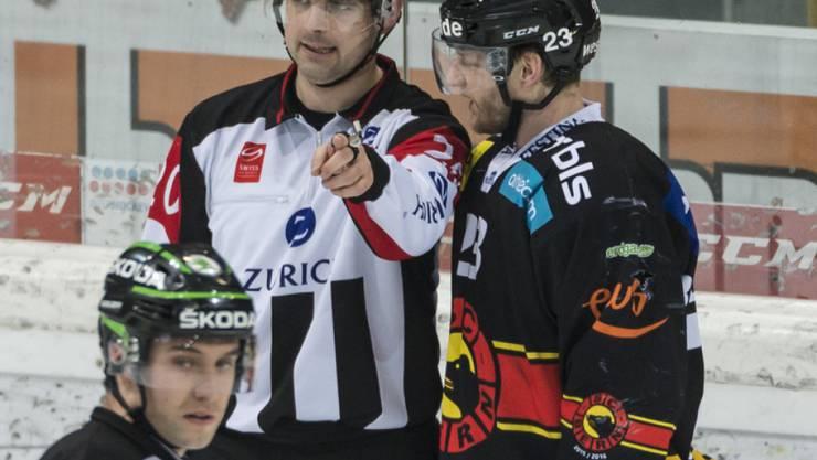 Simon Bodenmann im Gespräch mit Referee Marc Wiegand im 4. Playoff-Finalspiel