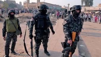 Ägyptische Polizisten bewachen einen Platz in Kairo