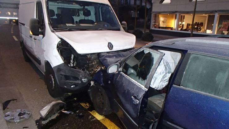 Die beiden Fahrzeuge sind nach der Frontalkollision stark beschädigt.
