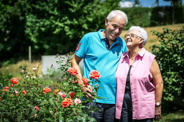 Rosmarie und David Brunner in ihrem Garten in Würenlos.