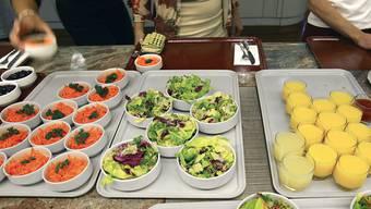 """Kantinenbesucher greifen öfter zu, wenn der Salat direkt beim Eingang steht. Ob das die für sie wirklich """"bessere"""" Entscheidung ist, ist allerdings fraglich, sagen Zürcher Forscher. (Archivbild)"""