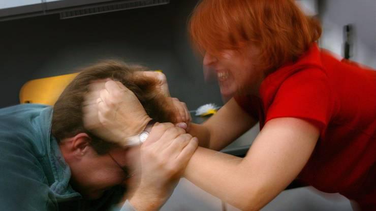 Seit 2004 ist häusliche Gewalt in der Schweiz ein Offizialdelikt. Verfolgt werden muss es auch dann, wenn Betroffene keine Anzeige erstatten. 2017 wurden in der Schweiz insgesamt 9322 Personen beschuldigt, häusliche Gewalt begangen zu haben.