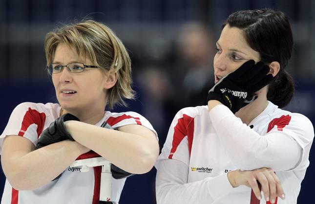 Janine Greiner (links) und Carmen Kueng bei einem Spiel gegen China an den Olympischen Spielen 2010.