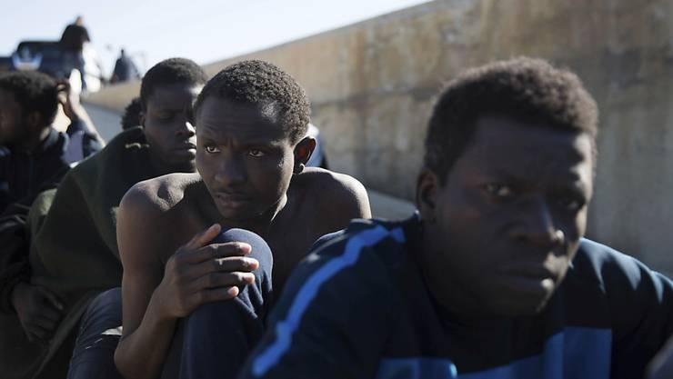 Flüchtlinge harren in der libyschen Stadt Tripolis aus: Die EU erwägt, das krisengeschüttelte Land bei der Grenzbewachung im Süden zu unterstützen. (Symbolbild)