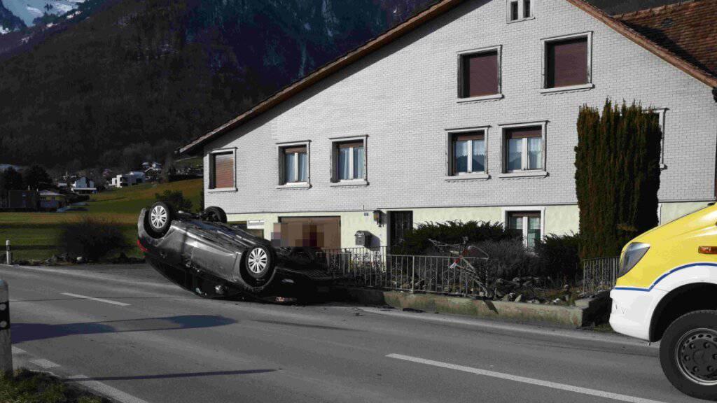23-Jährige baut Unfall – Auto landet auf Dach