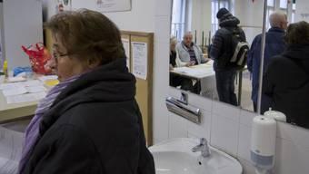 Wähler bei der Abgabe ihres Referendums-Votums in einem Wahllokal in der slowenischen Hauptstadt Ljubljana