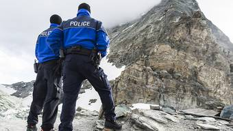 Zwei Polizisten bewachen den Einstieg in den Nordostgrat oberhalb der auf 3260 Meter über Meer gelegenen Hörnlihütte.