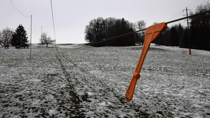 Noch ist die Schneedecke etwas gar dünn: der Dietiker Skihang.