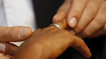263 Frauen unter 18 Jahren gingen zwischen 2015 und 2017 eine Ehe ein oder wurden im Kanton als verheiratet anerkannt, wie aus der Regierungsratsantwort auf eine Anfrage von SVP und EDU hervorgeht. (Symbolbild)