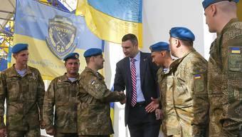 Durchzogene Bilanz als Kiewer Bürgermeister: Vitali Klitschko mit ukrainischen Soldaten (Archivbild)