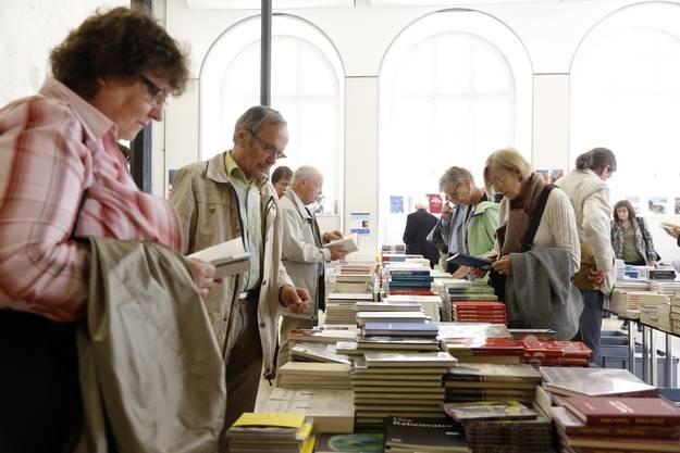 Berge von Büchern stehen zum Verkauf parat