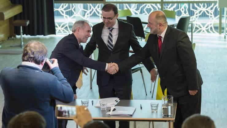 Am Montag unterzeichneten Mustafa Memeti, Präsident Albanisch Islamischer Verband Schweiz, Naim Malaj, Ex-Botschafter Kosovo, und Nehat Ismaili, Präsident Union Albanische Imame Schweiz (von links) eine Charte gegen Gewalt und Extremismus.