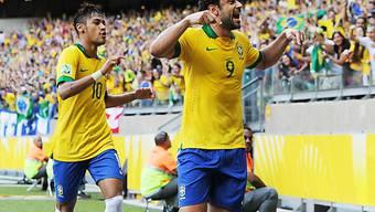 Brasiliens Fred (r) feiert mit Neymar das 1:0.