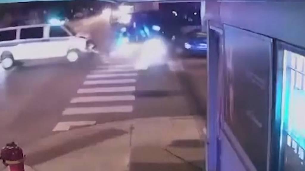 Polizeiautos rammen Personenwagen in Chicago