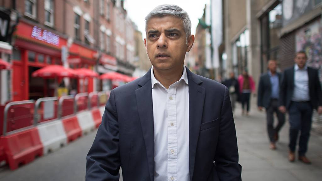 ARCHIV - Sadiq Khan, Bürgermeister von London, geht die Brick Lane im Osten der Stadt entlang. Foto: Stefan Rousseau/PA Wire/dpa
