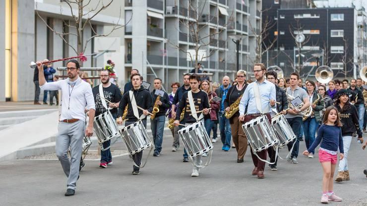 Ein Hauch von Sechseläuten in Schlieren West: Die kleinen Zuschauer waren mit von der Partie beim Üben der Marschmusik am vergangenen Montag.