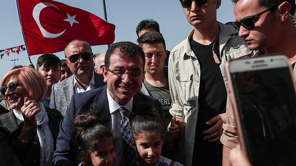 Bei der Wahl vom 31. März war Ekrem Imamoglu (Mitte) von der oppositionellen Mitte-Links-Partei CHP zum neuen Bürgermeister gewählt worden. Dieses Amt könnte ihm nun wieder entzogen werden.