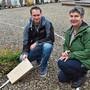 Remo Streit und Gertrud Häseli geben Auskunft zum geplanten Gemeinschaftsgrab auf dem Wittnauer Friedhof.