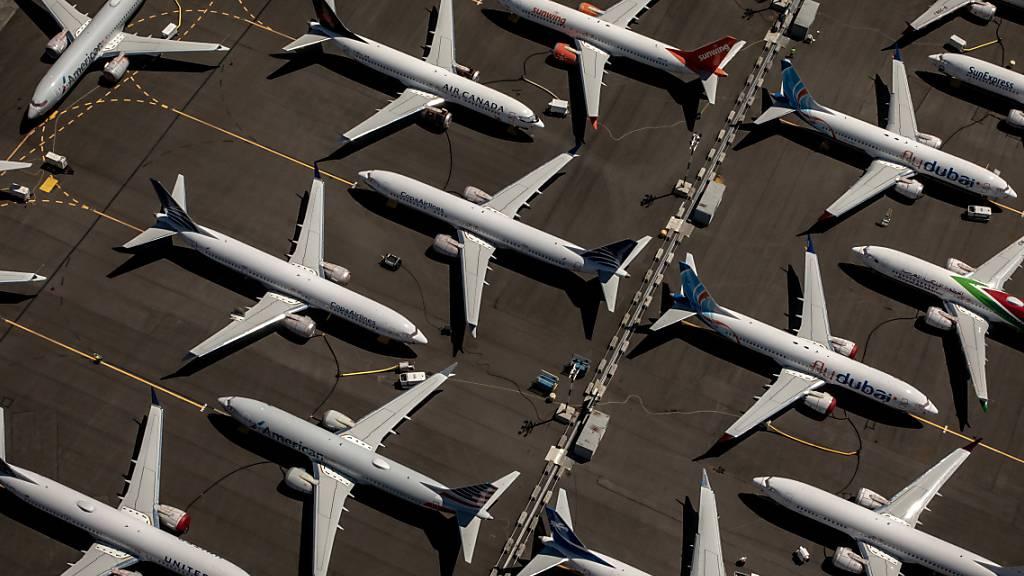 Der Flugzeughersteller Boeing ist wegen dem mit Flugverboten belegten Unglücksjet 737 Max 8 erstmals seit über zwei Jahrzehnten in die roten Zahlen geflogen. Das Grounding des Flugzeugtyps reisst ein Loch von 18 Milliarden Dollar in die Kasse. (Archiv)