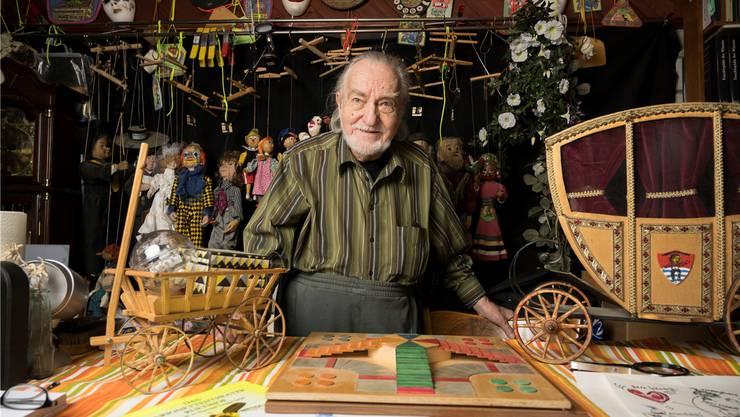 Was soll mit all seinen Sachen geschehen? Tony Kyburz zu Hause an seinem Esstisch in seinem Haus in Rütihof.