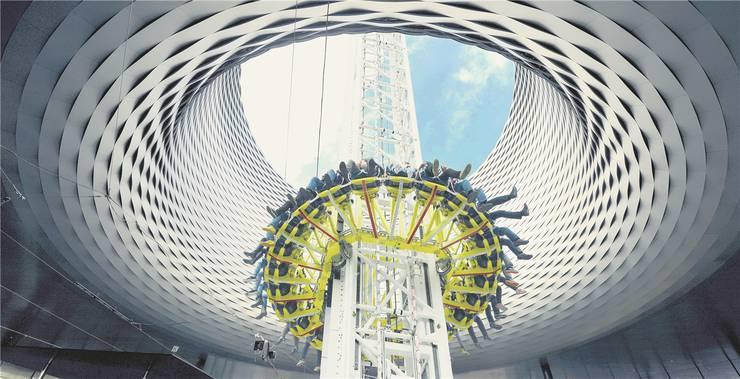 Die Fotomontage zeigt das neue Messe-Highlight: 80 Meter freier Fall durch das Loch der spektakulären City-Lounge. MTO/NIZ/ Montage:MTA