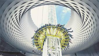 Die Fotomontage zeigt das neue Messe-Highlight: 80 Meter freier Fall durch das Loch der spektakulären City-Lounge.