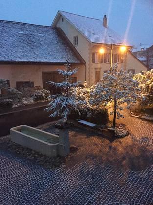 Maibaum in Kilchberg im Schnee. «Es fehlen nur noch die Kerzli», schreibt Leserin Regina Degen-Ballmer.