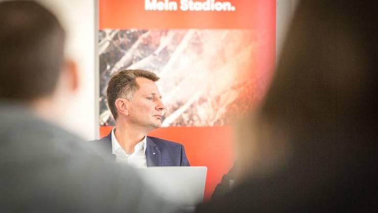 «Meinstadion.ch»-Initiant Michael Hunziker erläutert an der Medienkonferenz, wie man die Finanzierung des neuen Stadion sichern will.