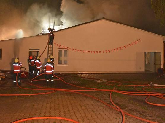 Im Mehrzweckgebäude neben einer Moschee im Weiler Häusern bei Bonau (Gemeinde Wigoltingen) ist in der Nacht auf Montag ein Brand ausgebrochen. Die Feuerwehr rückte mit 100 Personen aus und löschte das Feuer. Verletzt wurde niemand. Der Schaden beträgt über 100'000 Franken, wie die Thurgauer Kantonspolizei mitteilte.