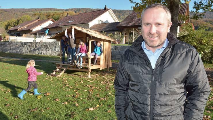 Vereinspräsident Rainer Roth vor dem von Vereinsmitgliedern in Fronarbeit gebauten Haus auf dem Areal der Schulanlagen in Ramiswil.