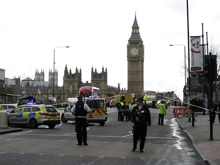 Polizisten sichern das Gelände rund um das britische Parlament.