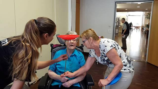 Einblicke in die Workshops, in denen die Kinder und Senioren das Handwerk der Zauberer, Akrobaten oder Jongleure eingeführt wurden.