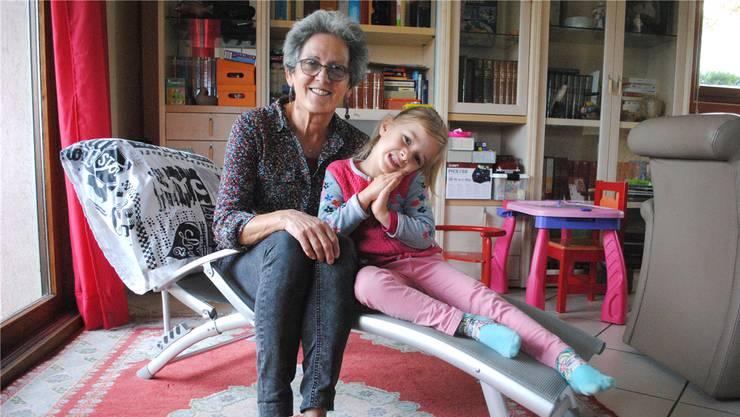 Lehrerin Mady Tissot mit Enkelin Eloïse.
