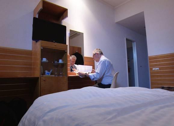 Andreas Glarner bei der Nachtarbeit im Hotel.