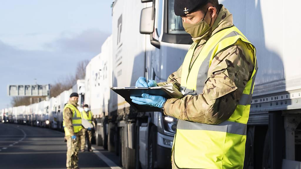 Lkw-Stau in England fast abgebaut - 66 positive Corona-Fälle