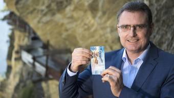 Nationalbank-Chef Thomas Jordan vergangene Woche mit der neuen 100-Franken-Banknote.
