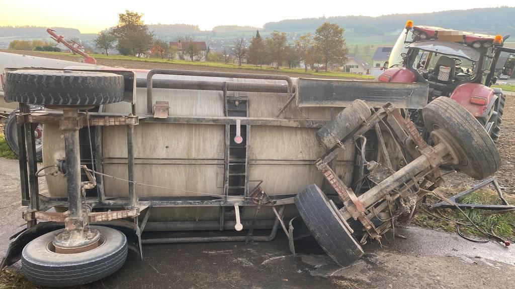 Jauchewagen kippt und verliert 4000 Liter Gülle