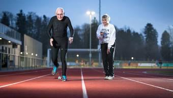 """Charles Eugster machte auch mit seinem Buch """"Age is just a number"""" auf sich Aufmerksam. Im Bild setzt Eugster zum 60m-Sprint an. An seiner Seite steht seine Personal-Trainerin Sylvia Gattiker. Fotografiert auf der Leichtathletik-Anlage der Sportanlage Burkertsmatt in Widen. (Fotografiert am 18. März 2015)"""