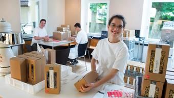 Die Arwo-Klienten bei der Lebensmittelproduktion in der Küche.