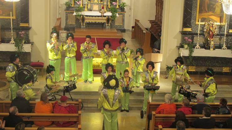 15 Kinder und jugendliche präsentierten abwechslungsreiche Rhytmen und verpackten diese in eine bewegungsreiche Show.