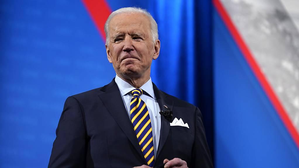 ARCHIV - Joe Biden, Präsident der USA, steht auf der Bühne während einer vom amerikanischen Fernsehsender CNN übertragenen Veranstaltung. Foto: Evan Vucci/AP/dpa