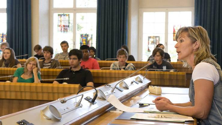 Aufklärung: Grünen-Nationalrätin Maya Graf erzählt den anwesenden Jugendlichen ihren politischen Werdegang. (Bild: Kenneth Nars)