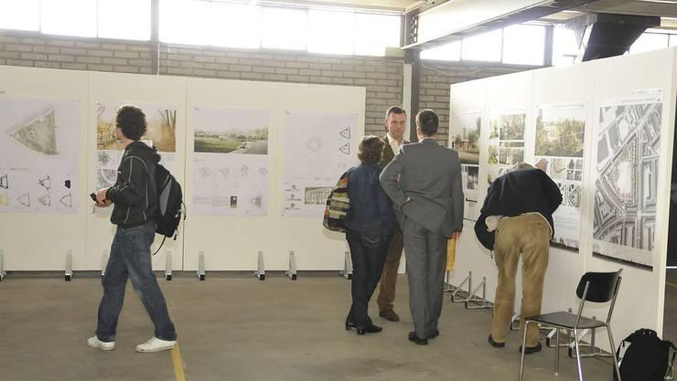 An den Stellwänden waren alle 49 Wettbewerbsbeiträge ausgestellt, diskutiert wurden nur noch fünf.