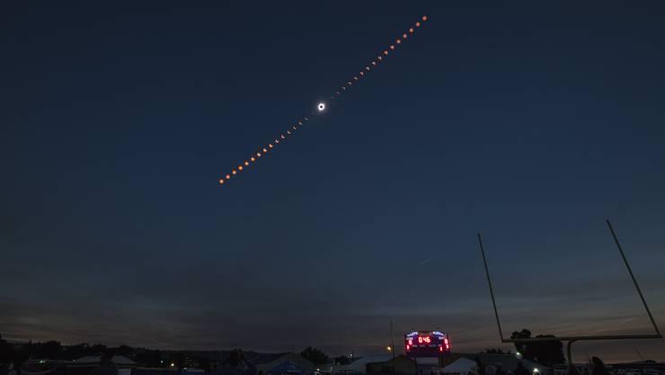 Bild der NASA: Verlauf der partiellen Sonnenfinsternis.