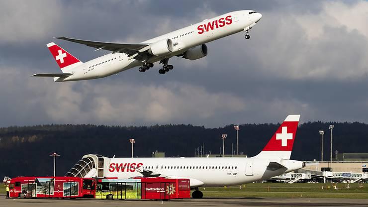 Der Gewinn der Swiss hob im ersten Halbjahr 2018 ab: Zwei Flugzeuge der Airline am Flughafen Zürich. (Archivbild).