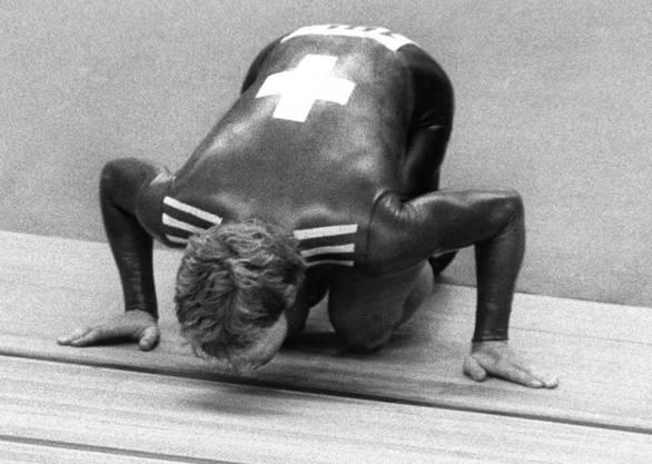 Dill Bundi küsst den Boden der Rennbahn, die ihm 1980 Glück gebracht hat.