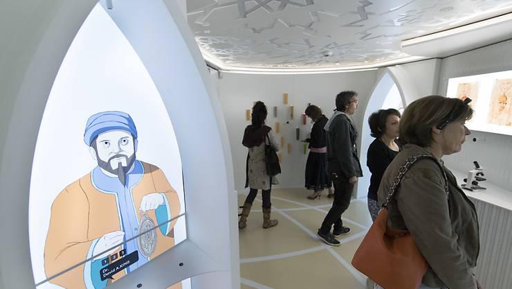 Die Besucher in einem der sechs Ausstellungsräume bei der Eröffnung des Museum der Kulturen des Islam in La Chaux-de-Fonds.