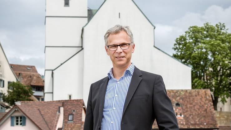 Christoph Weber-Berg vor der Stadtkirche Aarau. Sie gehört zur Reformierten Kirchgemeinde Aarau.