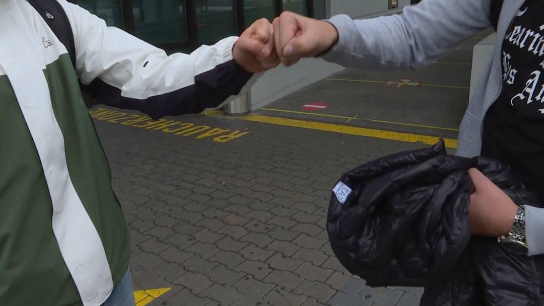 Kein Begrüssungs-Fäustchen: Das sagt ein Arzt zur neuen BAG-Kampagne